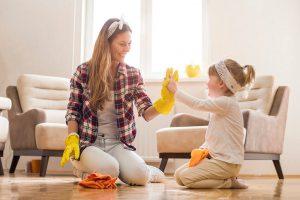 mamma-e-figlia-puliscono-pavimento-con-panno