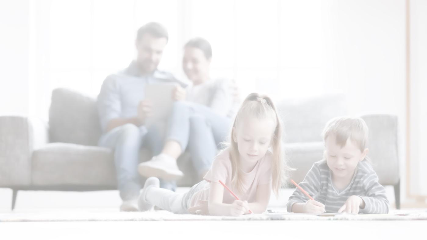 Famiglia felice con bambini sul pavimento respirando aria sana
