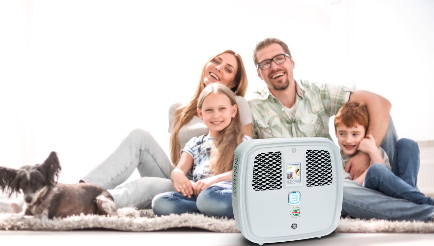 famiglia felice con domozono purificatore sanificatore per casa e ambienti di lavoro contro virus e batteri