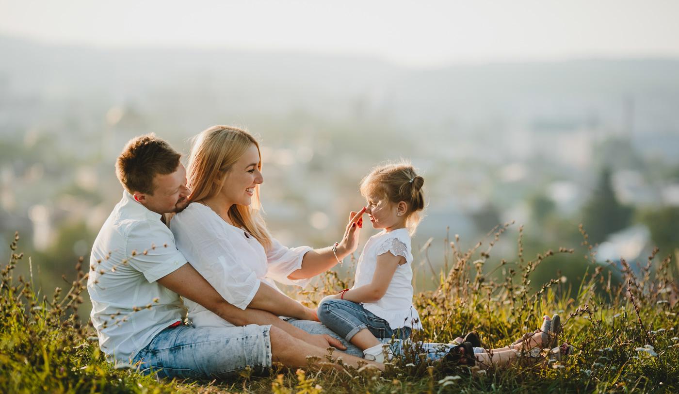 Famiglia felice con linea energie pulite detrazione 110%